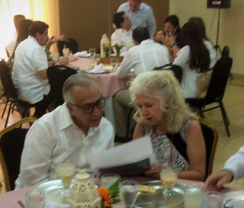 María R. Donate mostrando los planos de la ruta al Doctor Mauricio Oliva - Presidente del Congreso de Honduras